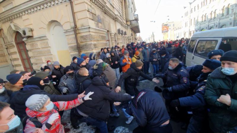Фенове, Навални, нападнаха, полицай