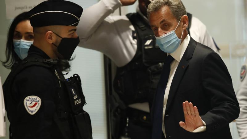Ваксина, побесняла демокрация, застрелват, изгонени коне, Саркози, съд